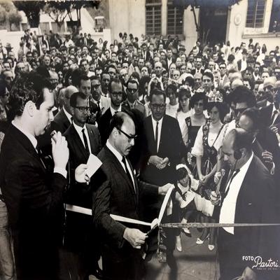 Há 53 anos, em 26 de fevereiro de 1967, tendo como sede o térreo do salão paroquial, era descerrada a fita inaugural da 1ª Festa Nacional da Vindima. Participaram da abertura diversas autoridades, entre eles o governador da época Walter Perachi de Barcellos, o bispo de Caxias do Sul dom Benedito Zorzi, deputados estaduais e federais. Naquele ano, Flores possuía 238 cantinas.