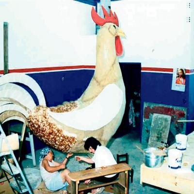 Na 10ª Festa Nacional da Vindima, realizada em 2003, o galo passou por reformas. Todas as penas foram trocadas num trabalho manual feito por Maria Curra. Foram mais de dois meses de trabalho e a utilização de penas de 40 galinhas para o galo desfilar majestoso pela Avenida 25 de Julho.
