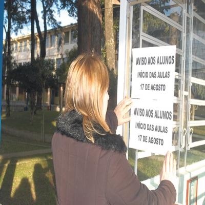 Em julho de 2009, Flores da Cunha viveu os efeitos da Influenza H1N1. Na época, um Comitê Técnico de Enfrentamento foi criado para combater a gripe e as férias escolares foram prorrogadas nas redes municipal e estadual até metade de agosto. Eventos e atividades foram adiados e transferidos.