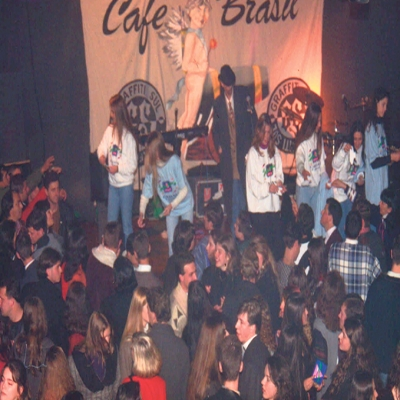A badalação tomou conta de Flores da Cunha no dia 26 de junho de 1996, quando foi inaugurada a tão esperada Uiskeria – Espaço Alternativo. De propriedade de Sidnei Mioranza, a Uiskeria era localizada junto ao antigo prédio da Indústria de Bebidas Fantes, hoje a atual Cheers.