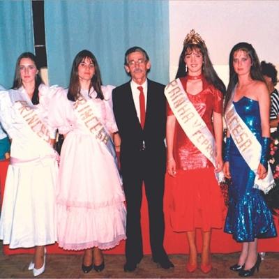 Em 19 de dezembro de 1987 foi realizado no Esporte Clube Paduense, em Nova Pádua, o baile de escolha e coroação da Rainha da V Feira de Produtos Coloniais – Feprocol. Foram coroadas a rainha Raquel Paviani, representante do Clube Paduense, e as princesas Nair Panizzon, representando a Banda Santa Cecília e o Esporte Clube Planalto, Rosemeri Reginato, representando o CTG Laço Italiano e Silvia Borella, representante do Esporte Clube Ferroviário. Na foto, as soberanas da Feprocol, estão com o então prefeito Angelo Araldi (in memoriam).