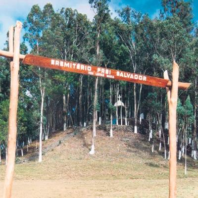 A foto é de 1997, e mostra o Eremitério destinado a frei Salvador Pinzetta. O local era de constante frequência do frei, O qual era muito devoto à Virgem Maria.