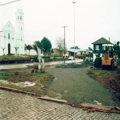 Em 2001, após obras mal sucedidas, a Praça Dom Luiz Scortegagna, em Alfredo Chaves, foi reformada. Entre as melhorias estavam a pavimentação asfáltica do centro do local, a colocação de novos bancos e canteiros e a instalação de calçadas ao seu entorno.