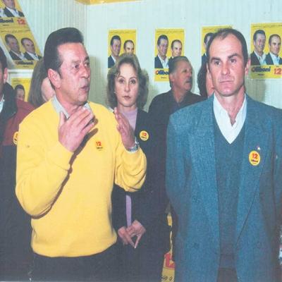 Em 2000 a festa foi trabalhista. Heleno Oliboni (in memorian) (PDT/PTB/PPS) se reelegeu em Flores da Cunha com 7.317 votos (46,2%). Já seu adversário, Jorge de Godoy (PPB/PMDB/PFL), fez 6.771 (42,75%). Na foto, Heleno Oliboni com seu vice Manosso.