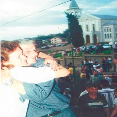 Eleição 2000 Nova Pádua: Dorvalino Pan comemorou a vitória ao lado da esposa Maria Helena, no ano de 2000. A conquista foi apertada: uma diferença de 37 votos. Foram 1.015 votos contra 978 obtidos por Ivo Sonda.