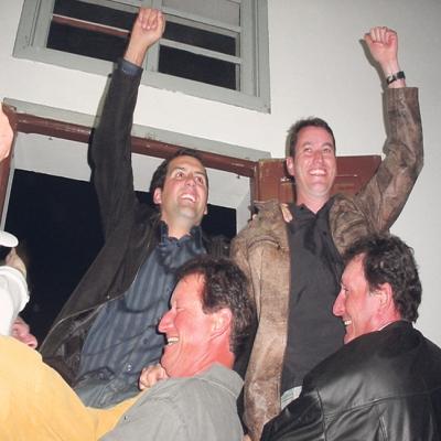 Itamar Bernardi (PMDB) e Ronaldo Boniatti (PSDB) da coligação 'União e Renovação' venceram as eleições de Nova Pádua no ano de 2008 com 1.036 votos – 52,8% da preferência dos eleitores. Gelson Sonda (PP) ficou em segundo lugar com 926 votos, 110 votos a menos que os candidatos vencedores.