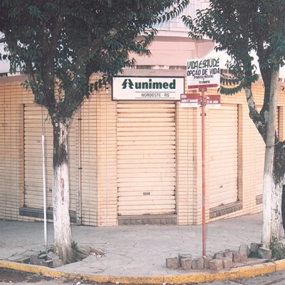 O Escritório Seccional Regional da Unimed Nordeste-RS foi inaugurado em Flores da Cunha no dia 19 de agosto de 1997. A sede estava localizada na Avenida 25 de Julho, nº 1480, esquina com a Rua John Kennedy.