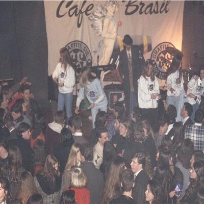 No dia 26 de junho de 1996, aconteceu a inauguração da Uiskeria. Cerca de 700 pessoas participaram da primeira das muitas noites de festas. A inauguração contou com a apresentação de uma pequena peça teatral cômica, com a presença de três dançarinos (com perna-de-pau), além da animação com a banda Café Brasil.