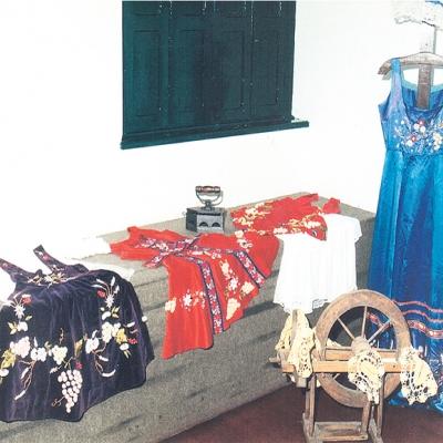 """Em fevereiro de 1998, o Museu e Arquivo Histórico Municipal fez uma amostra chamada """"A mulher na vindima e suas dedicações"""", onde expôs o vestido utilizado pela princesa da I Fenavindima, em 1967, Sílvia Mattioni. A exposição também contou com os trajes de Neiva Gelain Molon, Miriam Pedron, Clara Panizzon, Maria Fernanda Borguetti e Kátia Gonzales."""