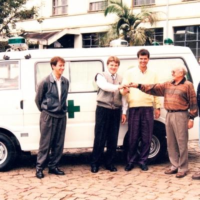 Em abril de 1995, a prefeitura de Flores da Cunha adquiriu uma nova ambulância. O novo veículo era um utilitário do tipo Besta, ano e modelo 95, possuía 60 HP de potência, movida a diesel. Estava equipada com maca, três poltronas para acompanhante, sirene eletrônica, sinalizador de emergência e ar quente, além de todo equipamento para soro e oxigênio.
