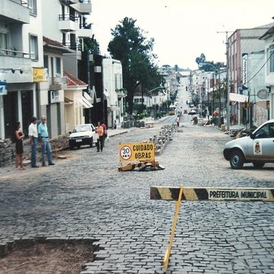 As obras de reformulação da Avenida 25 de Julho foram retomadas no dia 9 de novembro de 2001. Nessa reformulação, o trecho recebeu asfalto, canteiros centrais e alargamento das calçadas nas esquinas.
