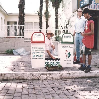 No dia 19 de dezembro de 1997, o centro de Flores da Cunha ganhou sete lixeiras especiais para separação do lixo orgânico e seletivo. A instalação fazia parte do Projeto Xoli, desenvolvido pela prefeitura por meio do Departamento Municipal de Meio Ambiente. O projeto inicial contava com as ações de Coleta Seletiva do lixo, instalação da Central de Triagem e Compostagem de Resíduos Domiciliares e Aterro Sanitário para rejeitos.