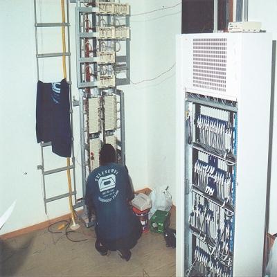 No dia 27 de fevereiro de 1997, o gerente da Companhia Riograndense de Telecomunicações (CRT) de Flores da Cunha, Valmor Ghelen, ativou a primeira central telefônica automática digital do interior do município.