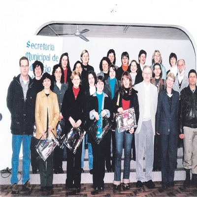 O dia 11 de setembro de 2000 ficou marcado na história educacional do município. Nesta data teve início o primeiro curso de nível superior em Flores da Cunha. O curso de Especialização em Gestão do Ensino na Educação Básica era ministrado pela Universidade de Caxias do Sul a professores - de Flores da Cunha e Antônio Prado - com terceiro grau completo na área educacional.