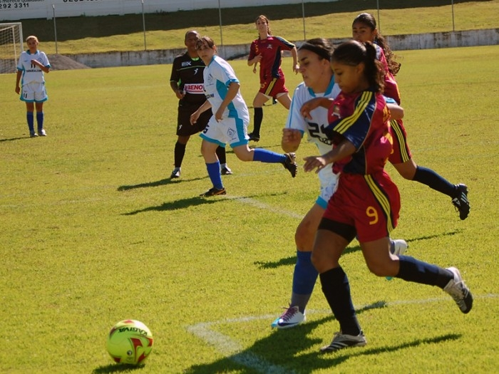 Simone (nº 9), marcou dois gols na estreia, a exemplo de Mayara e Gracelly.