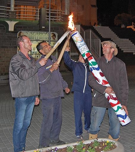 Artefato foi conduzido até a Praça da Bandeira por um grupo de amigos.