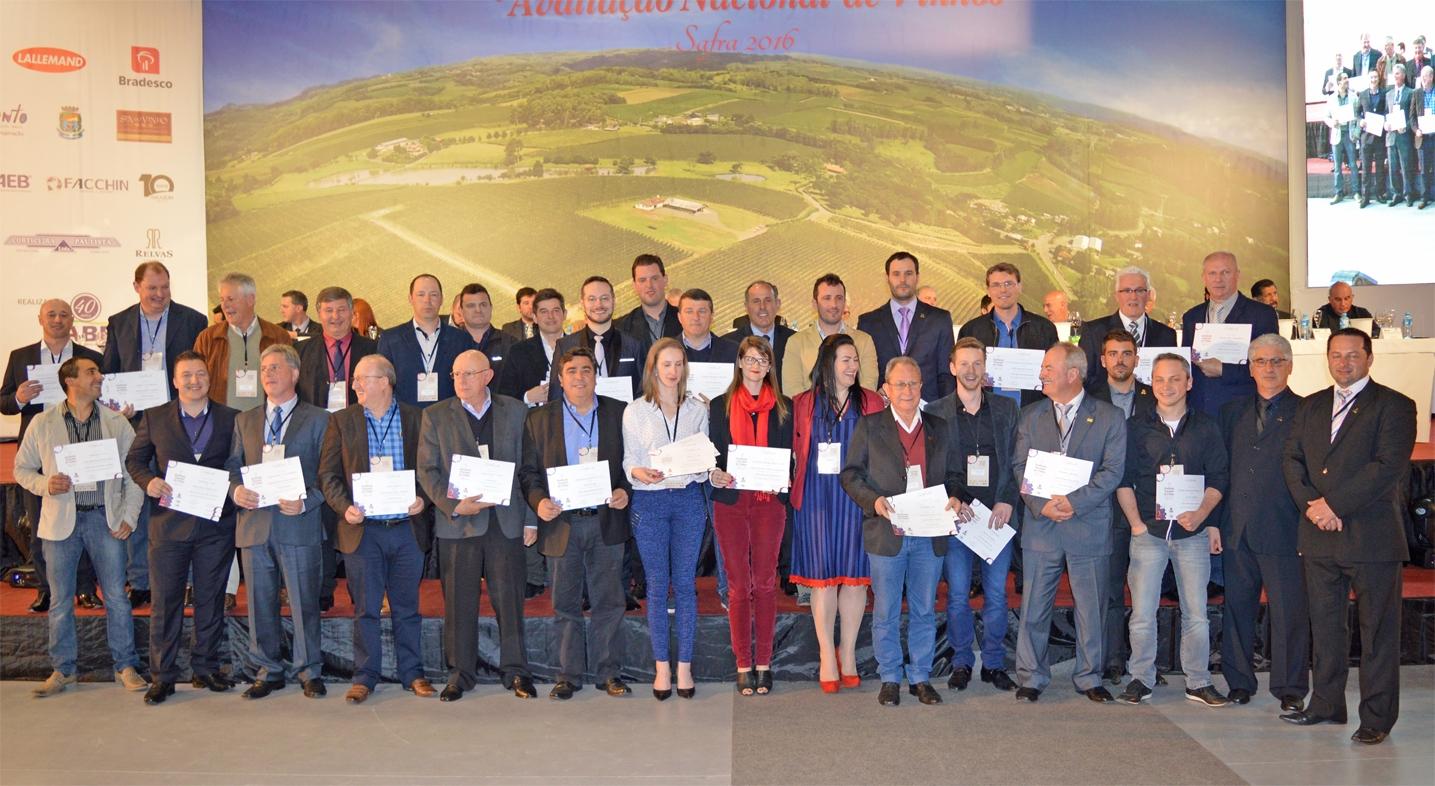 Representantes da vinícolas premiadas.