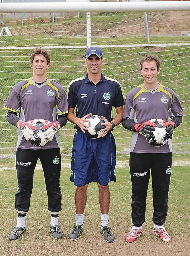 Follmann (E) e Basso (E), com o preparador de goleiros Humberto, no CT do Ju em janeiro de 2010.