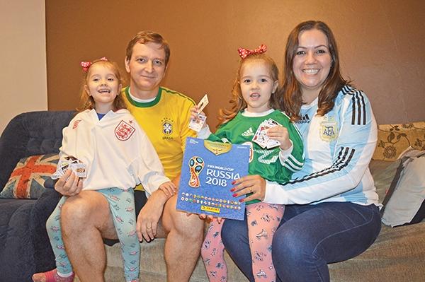 Quatro anos depois, a família completa o álbum de figurinhas, e Catherina e Valentina já curtem o clima da Copa.