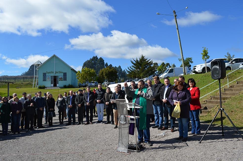 Padre Mário Pasqual realizou a bênção da nova estrada.