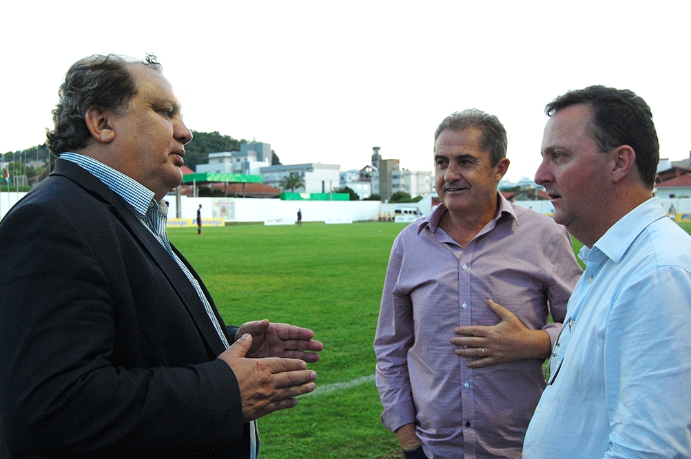 Noveletto (C) com o coordenador das categorias de base da Seleção Brasileira, o lateral Branco, tetracampeão mundial e prefeito Lídio Scortegagna.