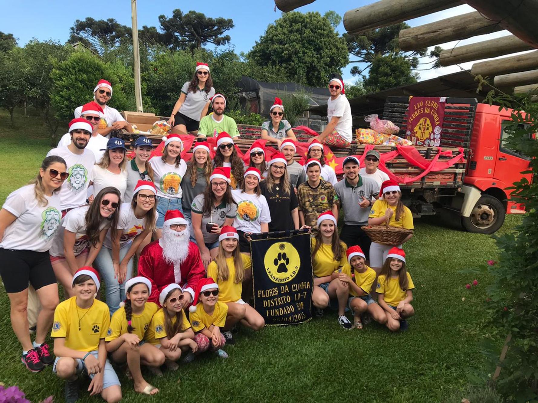 Integrantes do LEO Clube, juntamente com o Lions e os Leãozinhos, passaram por comunidades para distribuir alimentos e brinquedos.