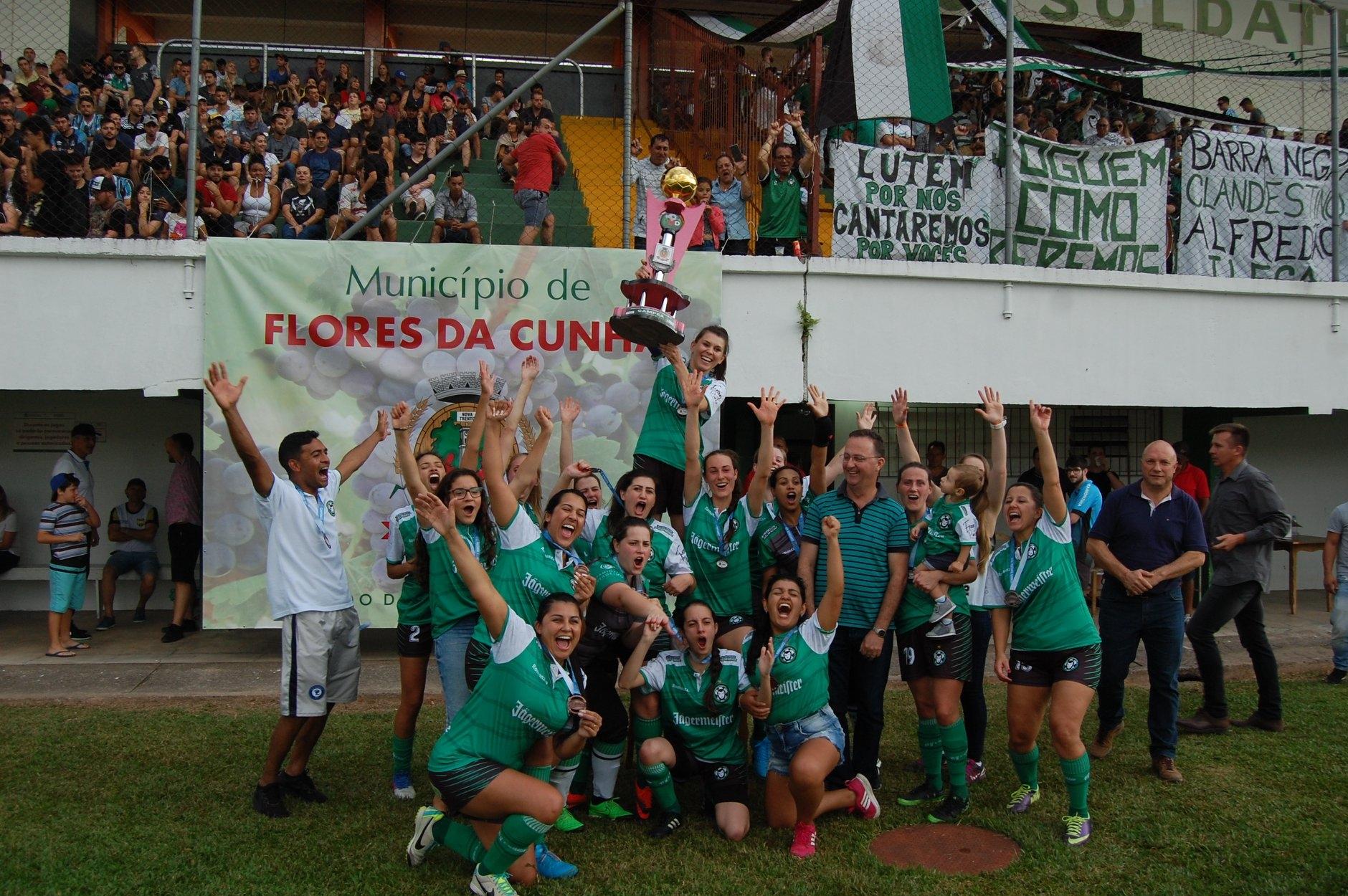 Equipe do Alfredão festeja o título.