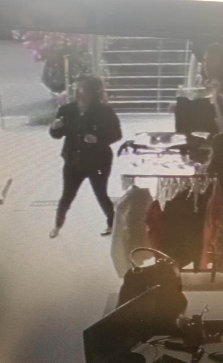 Suspeita está sendo procurada pela polícia.