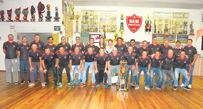 Atletas, comissão técnica e dirigentes receberam uma camiseta alusiva ao 6º título.