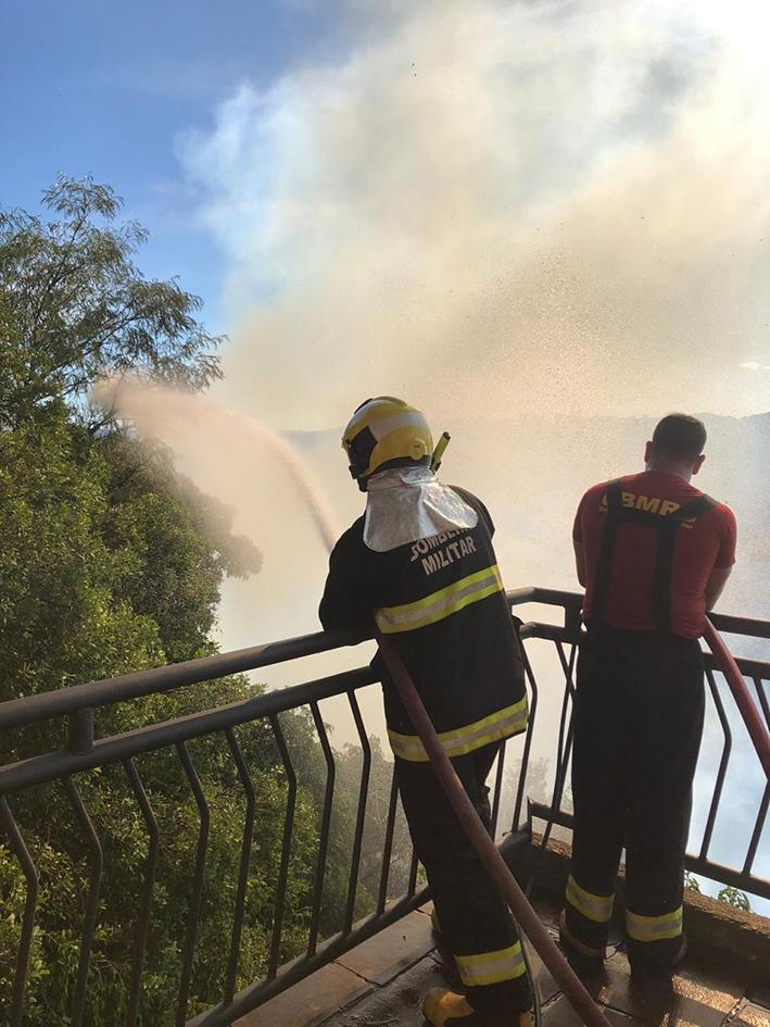 O Corpo de Bombeiros de Flores da Cunha atua desde a manhã de domingo, dia 29, para combater as chamas.