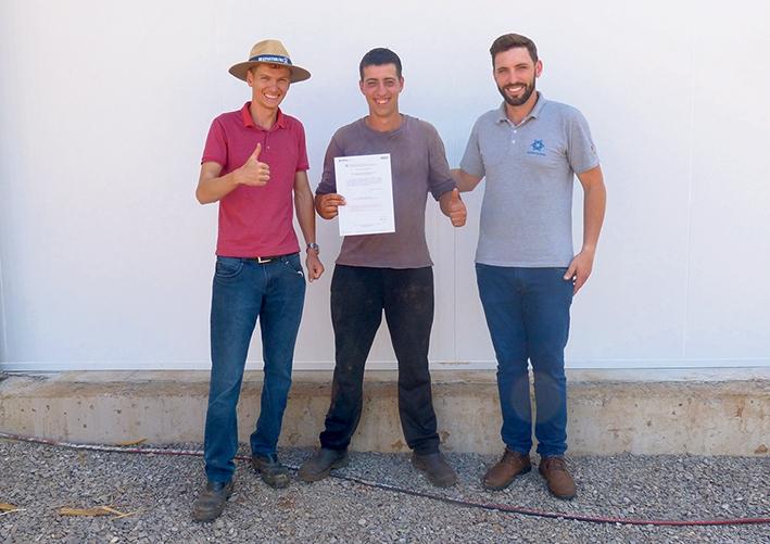 O agricultor Valdomiro Marcante (C) com o engenheiro Willian Heintze, e o secretário, Samoel Smiderle.