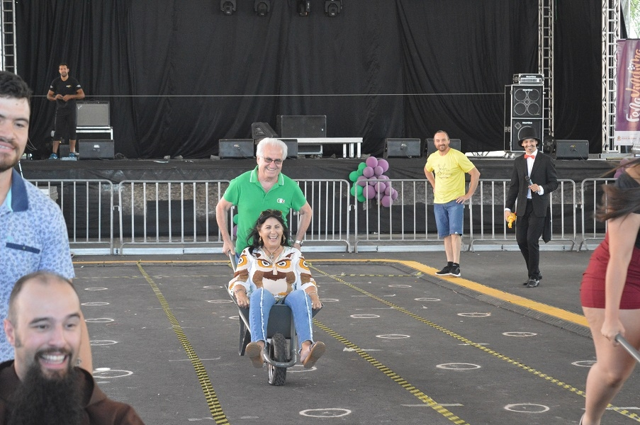 Donato e Marli Stillo, de São Paulo, se divertem na corrida de cariola.