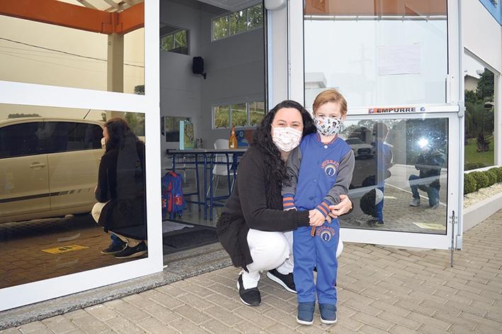 A podóloga Pricila Muller, com o filho Thales, no primeiro dia de retorno das aulas.