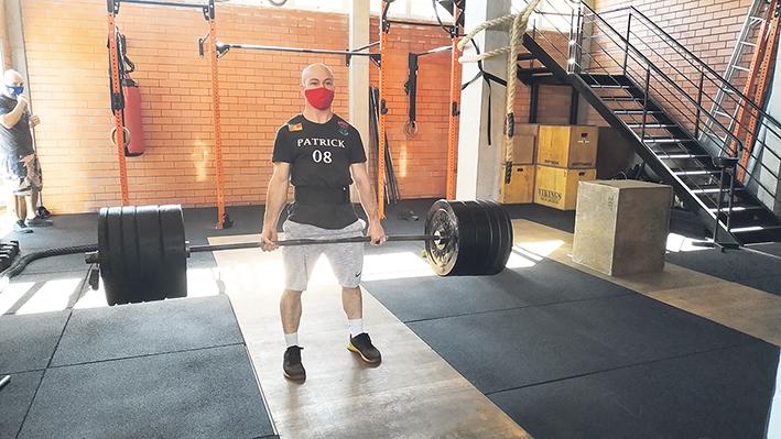 O atleta Patrick Cemin realiza o Levantamento de Peso Olímpico, uma das modalidades do CrossFit.