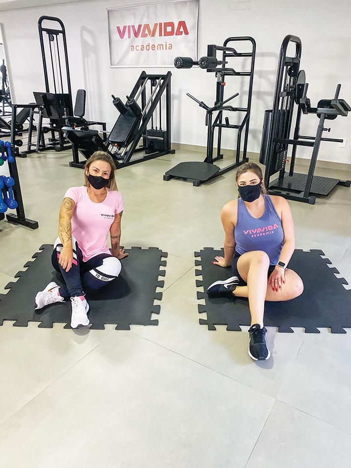 Luana Favero orienta a aluna Flávia Menegat durante os exercícios físicos.