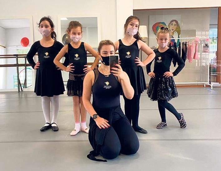 A professora de dança Tamara Giuliana Sitta com suas alunas.