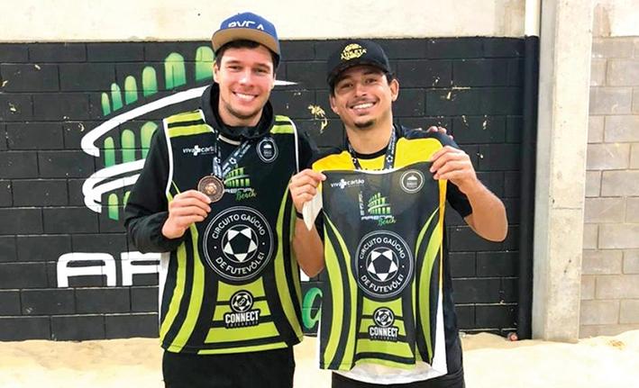 César Fiorio e Matheus Lacerda ficaram com a 3ª colocação no Circuito Gaúcho de Futevôlei.