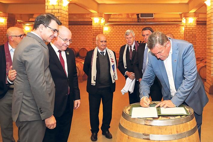Deunir Argenta assina documento firmado com Apex-Brasil e Ministério das Relações Exteriores.