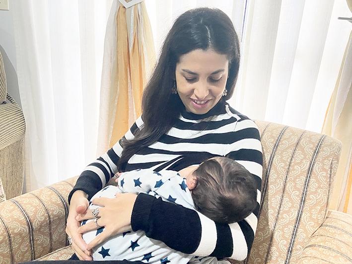 Monissa Sandi Gross amamenta o filho Lucca desde o momento de seu nascimento.