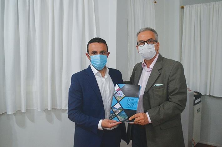 O prefeito Douglas Favero Pasuch recebeu o exemplar das mãos do diretor do Jornal O Florense, Carlos Raimundo Paviani.