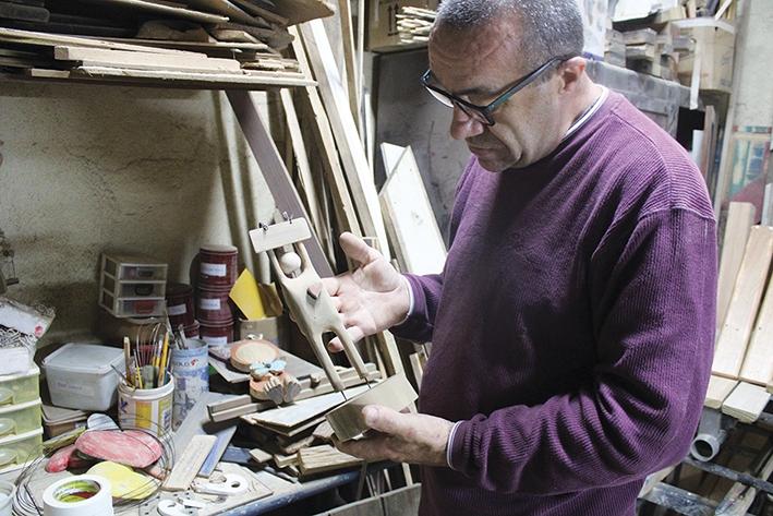 Pedro Soldatelli dá vida às madeiras que não seriam mais utilizadas.