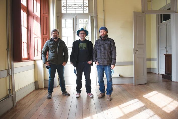 O atual diretor do Miseri Coloni, Camilo De Lélis, ladeado pelos diretores de fotografia e do documentário,  Daniel Herrera e André Costantin, respectivamente.