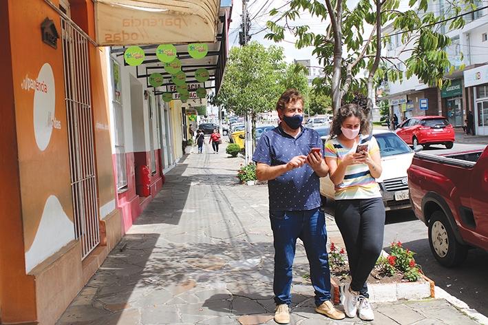 Pai e filha buscam estar conectados diariamente: Marcelino Scopel, motorista e Michele Scopel, comerciante.