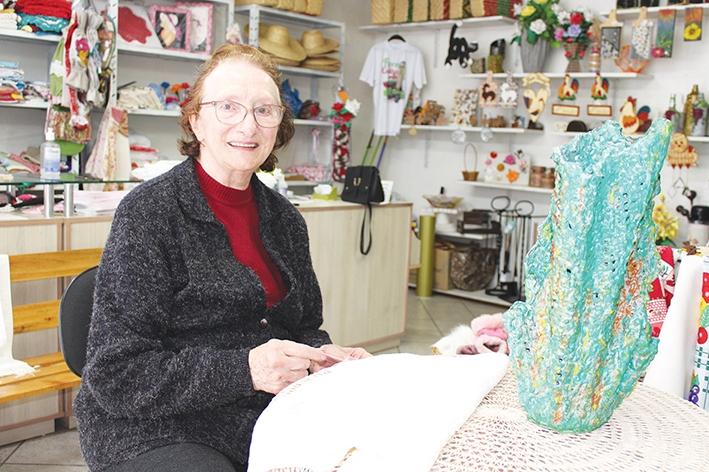 Angela Scalcon é a única dos 18 integrantes da Associação de Artesãos que se dedica ao Macramê. - Karine Bergozza