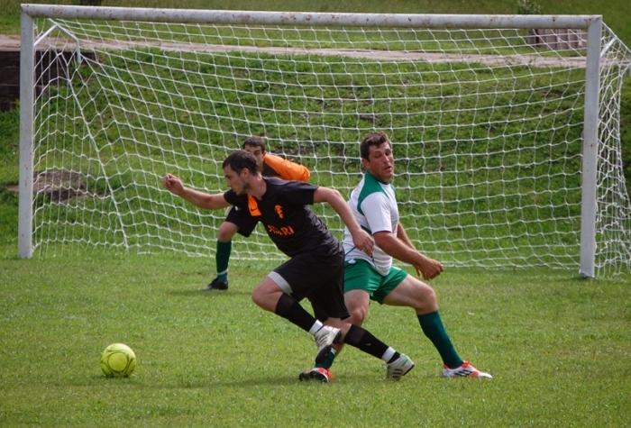 Cristian (com a bola) marcou três na vitória do Madruga sobre o Palmeiras por 4 x 2.