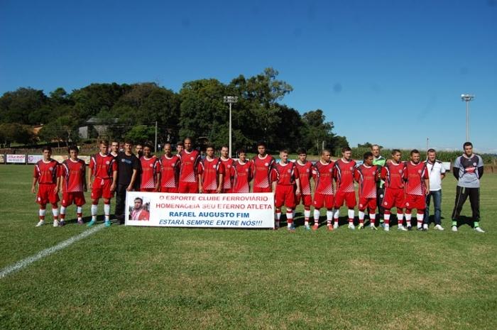 Equipe homenageou o atleta Rafael Fim, que auxiliou na conquista de 2013, vítima de acidente de trânsito no ano passado.