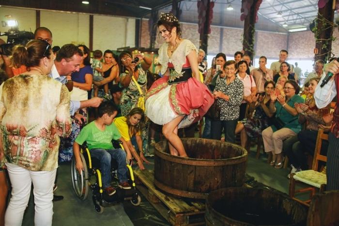Rainha Janaína Massarotto participou da pisa de uvas.