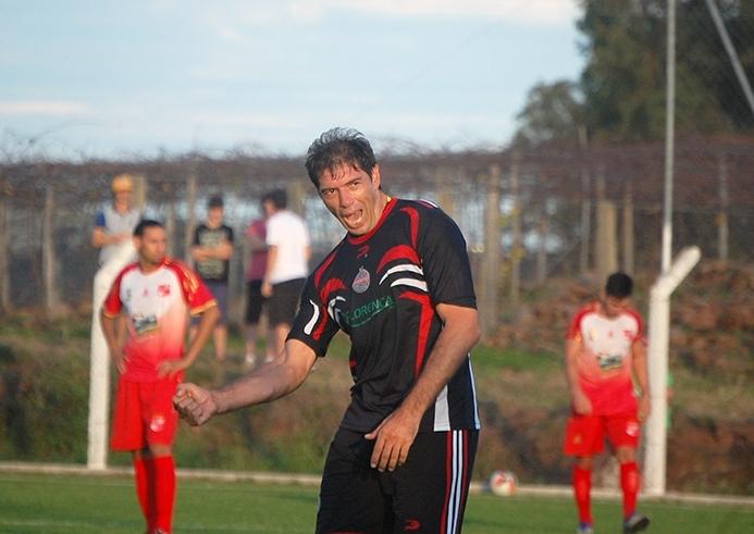 Zagueiro Maurício foi decisivo ao marcar dois gols na vitória por 4 x 2 sobre o Paranaguá.