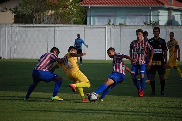 Time florense (de camisa listrada), foi bem na abertura do torneio Sub-20.