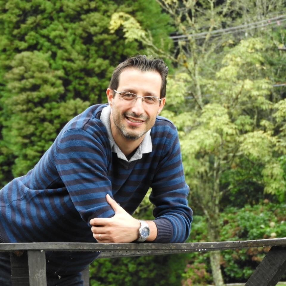 Uili Bergammín Oz é autor de 20 livros e promove Contoterapia.